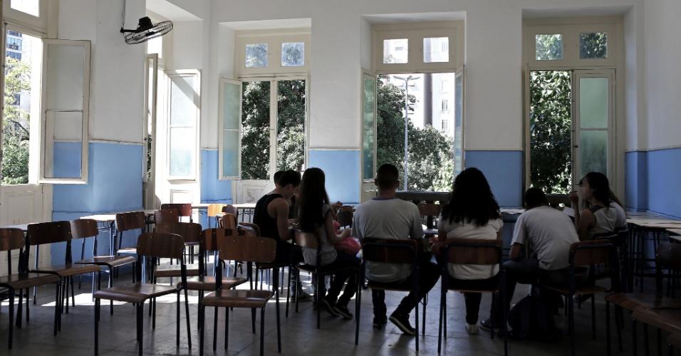 20.abr.2016 - Professora voluntária ministra aula preparatória para o Enem (Exame Nacional do Ensino Médio) para alunos que participam da ocupação no Colégio Estadual Amaro Cavalcanti, na zona sul do Rio