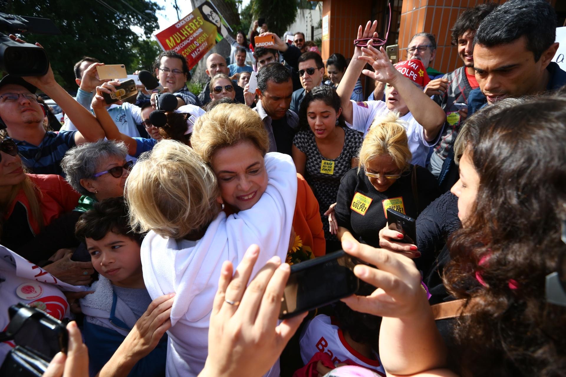 8.mai.2016 - Um grupo de pelo menos 60 pessoas, composto em sua maioria por mulheres, se reuniu em frente à residência da presidente Dilma Rousseff, na zona sul de Porto Alegre. A presidente ganhou abraços em comemoração do Dia das Mães