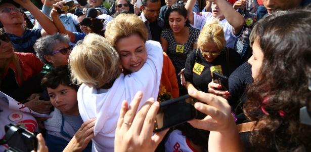 Grupo de cerca de 50 pessoas se reuniu em frente à residência da presidente Dilma Rousseff em Porto Alegre