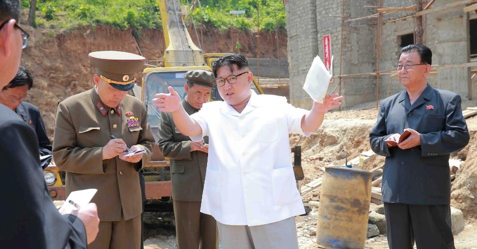 30.mai.2016 - O líder da Coreia do Norte, Kim Jong-un (ao centro), participa de uma visita guiada a local de obra de uma indústria e dá orientações a seus auxiliares. A data e a localização exata da foto não foi informada pela KCNA, agência de notícias oficial do regime norte-coreano