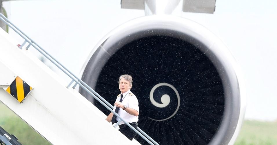 1.jun.2016 -Bruce Dickinson, vocalista do Iron Maiden, sobe as escadas para entrar no Boeing 747-400 da banda. O Ed Force One, como foi batizado, é pilotado por Dickinson e leva os integrantes do grupo, a tripulação e mais 12 toneladas de equipamentos. O Boeing é um dos aviões expostos no International Aerospace Exhibition (ILA), um evento na Alemanha que reúne os principais fabricantes de aeronaves do mundo