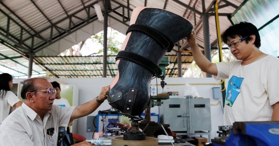 30.jun.2016 - O engenheiro Boonyu Thippaya usa um molde para preparar a prótese a ser colocada na perna de um elefante que pisou em uma mina terrestre escondida em área próxima à fronteira entre a Tailândia e o Mianmar. O projeto é mantido pela Fundação Asiática para Elefantes, em Lampang, na Tailândia