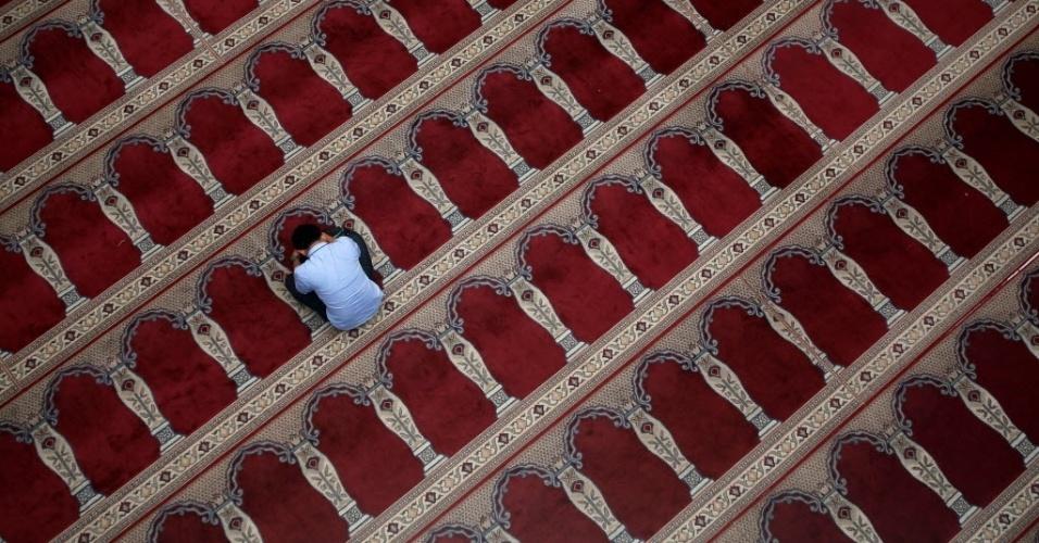 30.jun.2016 - Homem ora dentro de uma mesquita durante a celebração do Ramadã, mês sagrado para os muçulmanos, em Jacarta, na Indonésia