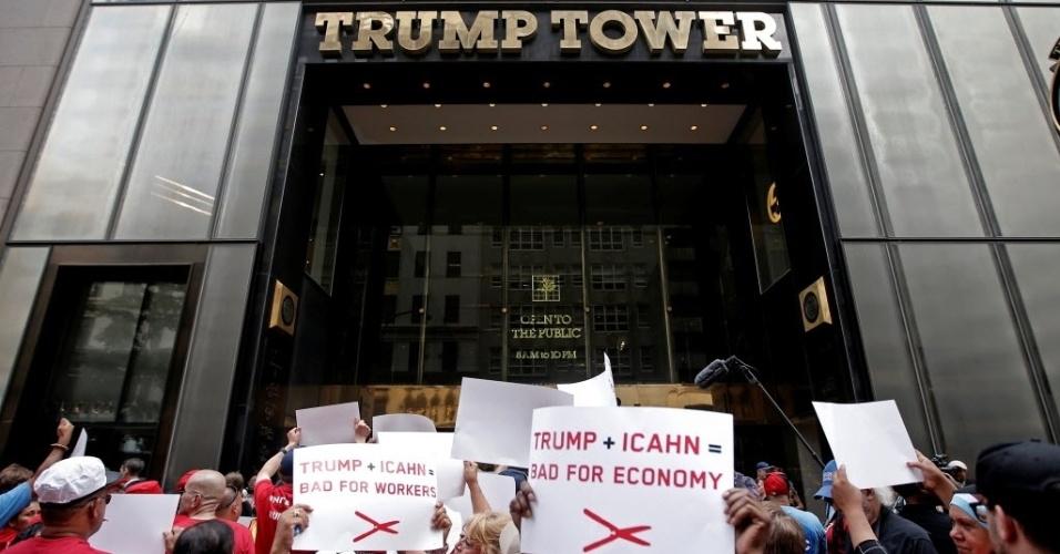13.jul.2016 - Trabalhadores em greve protestam em frente à Trump Tower, prédio pertencente ao magnata e candidato à Presidência dos EUA, Donald Trump, em Manhattan, Nova York (EUA)