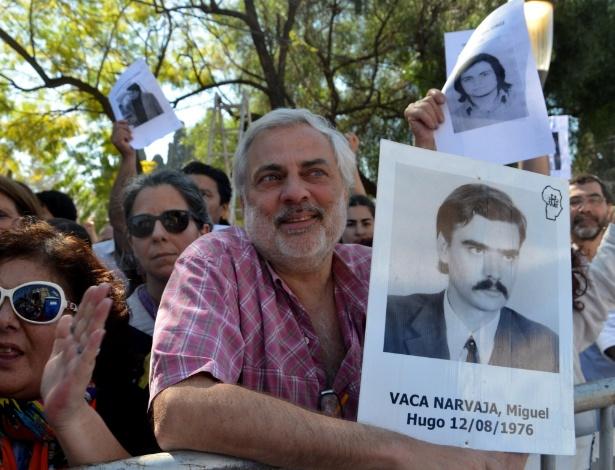 Familiares de vítimas e público em geral se reúne diante de tribunal para acompanhar julgamento por crimes cometidos durante a ditadura em Córdoba, na Argentina
