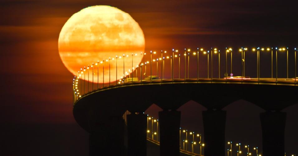15.dez.2016 - Lua cheia levanta-se sobre a ponte da ilha de Re em Rivedoux, na França