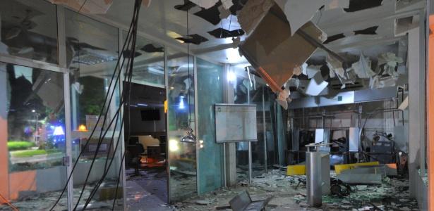 Os criminosos explodiram simultaneamente os caixas eletrônicos das agências do Banco do Brasil e Sicredi, em São Sepé
