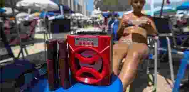 Vendidas a cerca de R$ 50 por ambulantes, caixas tocam músicas de ritmos variados na Praia de Pitangueiras - Tiago Queiroz/ Estadão Conteúdo