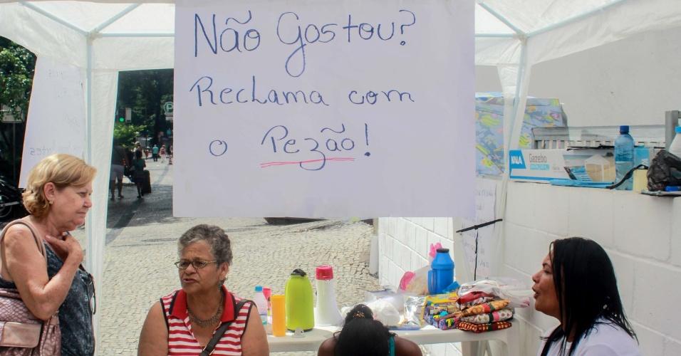 """10.fev.2017 - Familiares de policiais militares realizam um protesto pacífico em frente ao 19º batalhão, em Copacabana, no Rio de Janeiro. Um cartaz dos manifestantes diz: """"Não gostou? Reclama com o Pezão"""", em alusão ao governador do Rio"""