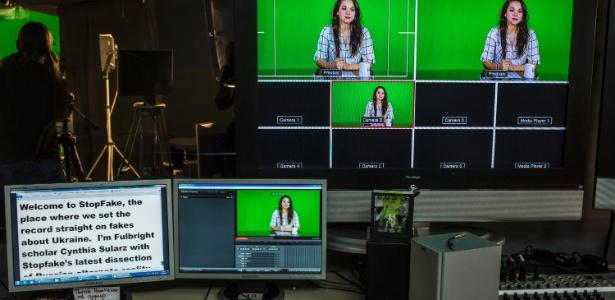 Cynthia Sularz, apresentadora da versão em inglês do programa StopFake News