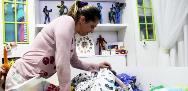 Adriana Alves cuida do filho com EB em sua casa, em Vitória da Conquista (BA)