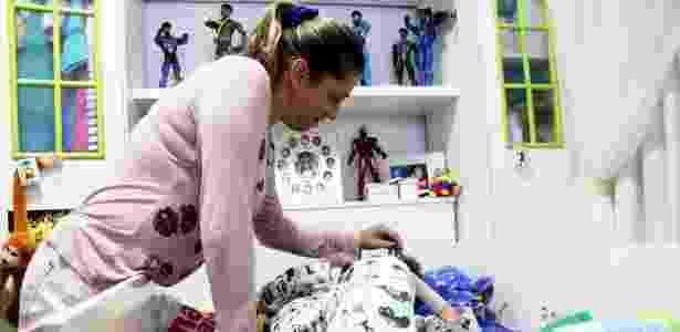 Adriana Alves cuida do filho com EB em sua casa, em Vitória da Conquista (BA) - Mário Bittencourt/UOL