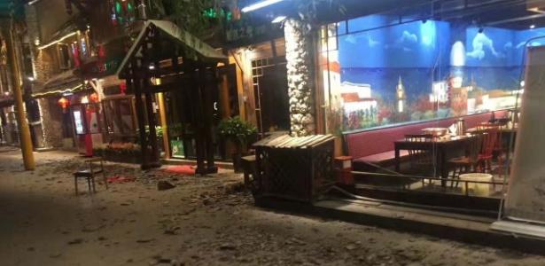 Destroços em rua após terremoto em Jiuzhaigou, em Sichuan, China