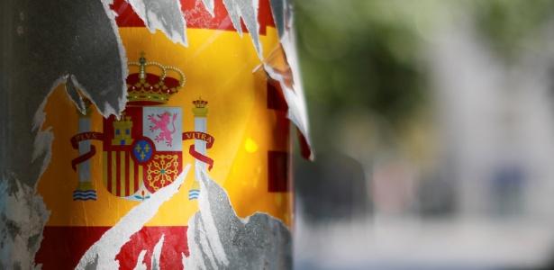 Adesivo com a bandeira da Espanha é rasgada em poste em Barcelona