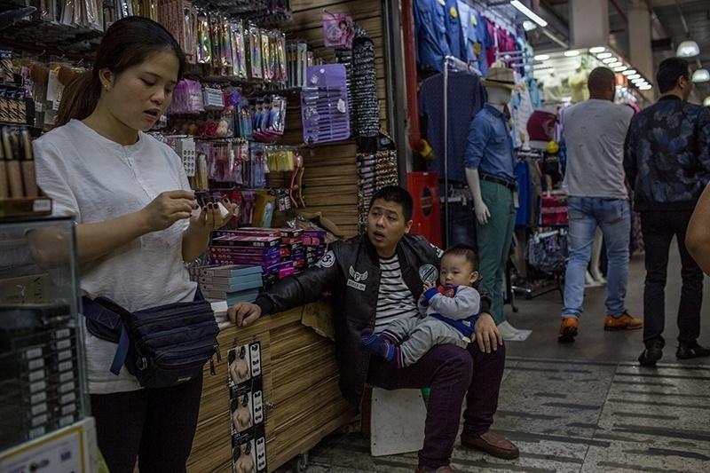28.nov.2017 - Nos ambientes internos, a maioria dos vendedores é de imigrantes asiáticos, em especial famílias recém-chegadas da China e muitas da Coreia, já bem instaladas no Brasil