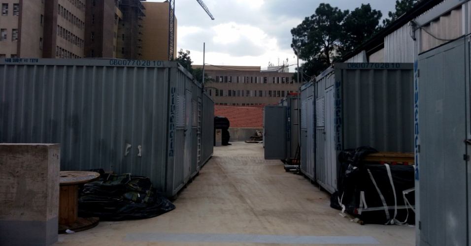 O estacionamento para funcionários parou já na primeira laje e agora é depósito de containers