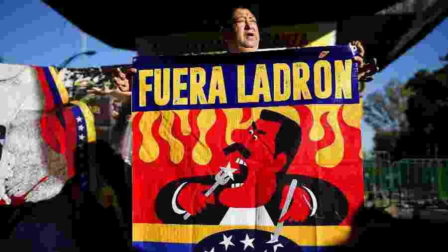 Homem protesta contra o presidente venezuelano, Nicolás Maduro, durante a posse de Andrés Manuel López Obrador no México - ALEXANDRE MENEGHINI/REUTERS