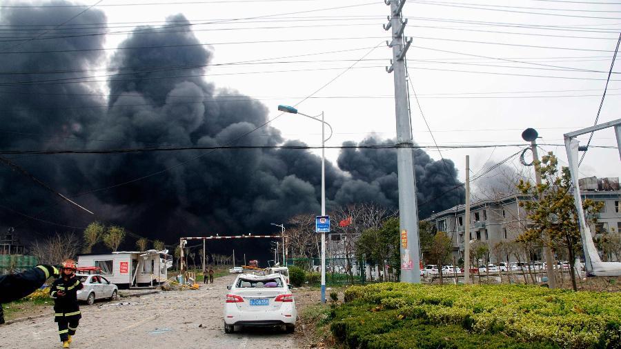 21.mar.2019 - Fumaça levantada pela explosão de uma fábrica em Yancheng, na China - STR/AFP