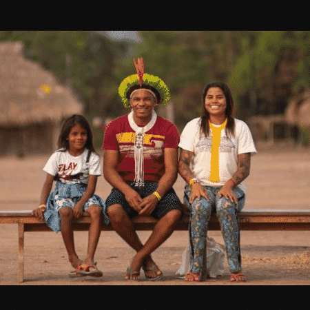 Giliarde Juruna com o filho Awãkayu (à esq.) e a filha Anita (ou Yakawilu); ela se tornou fluente na língua ancestral do povo após interâmbio com membros da etnia refugiados em Mato Grosso há quase um século - LUCAS LANDAU/REDE XINGU +