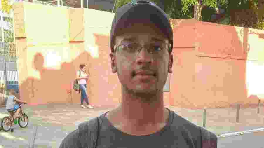 Paulo Victor foi um dos primeiros a sair após término da prova em escola no Grajaú - Cleber Souza/UOL