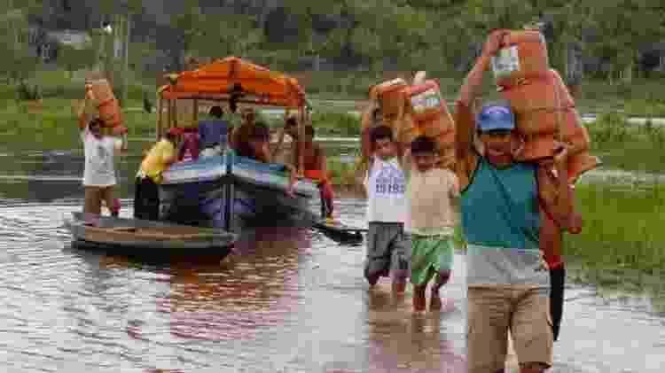 Distribuição de filtros d'água em comunidade do Rio Tabajós, trabalho da ONG Saúde & Alegria - ONG SAÚDE E ALEGRIA/DIVULGAÇÃO - ONG SAÚDE E ALEGRIA/DIVULGAÇÃO