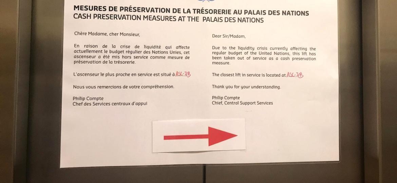 Cartaz na ONU informa que elevador está fora de serviço por medida de contenção de gastos - Jamil Chade/UOL