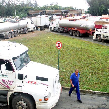 Caminhões-tanque na Reduc, refinaria da Petrobras em Duque de Caxias, RJ - Reuters Photographer
