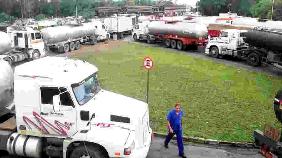 Caminhões-tanque na Reduc, refinaria da Petrobrás em Duque de Caxias, RJ - Arquivo/Reuters