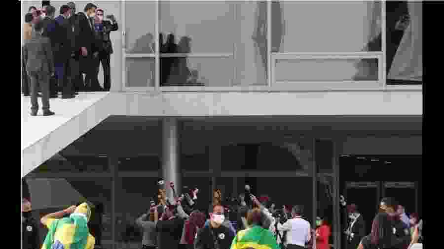 Bolsonaro concede entrevista na rampa; jornalistas aglomerados - Foto: Marcelo Casalo Jr./Agência Brasil