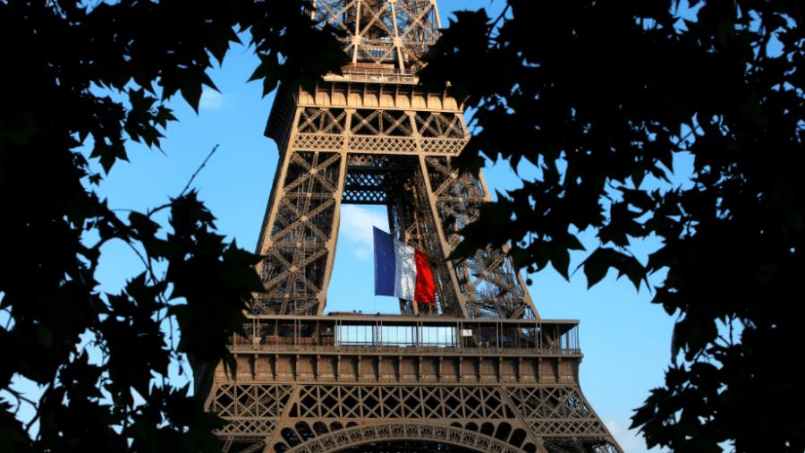 Bandeira da França na Torre Eiffel, em Paris - Mehdi Taamallah/NurPhoto via Getty Images