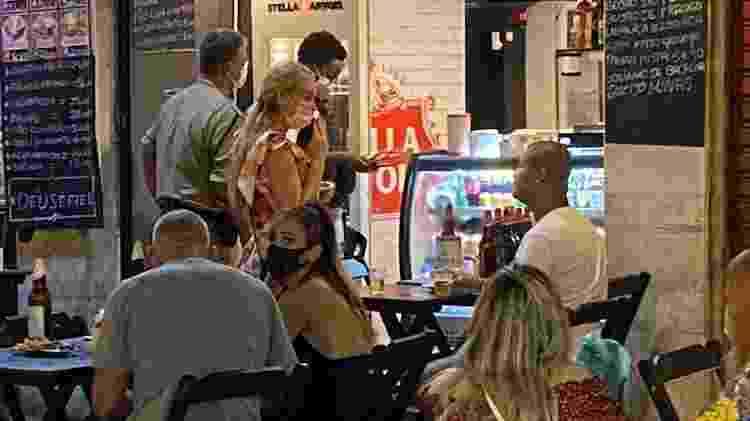 5.mar.2021 - Guarda municipal autua bar na Rua Barata Ribeiro, em Copacabana, zona sul do Rio, que permaneceu aberto depois das 20h, em descumprimento a decreto emitido pela prefeitura da capital fluminense para combater a proliferação da covid-19 - Herculano Barreto Filho/UOL - Herculano Barreto Filho/UOL