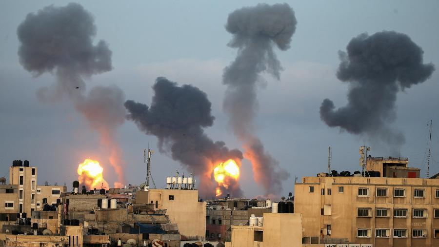Chamas e fumaça sobem durante ataques aéreos israelenses no sul da Faixa de Gaza - REUTERS / Ibraheem Abu Mustafa TPX