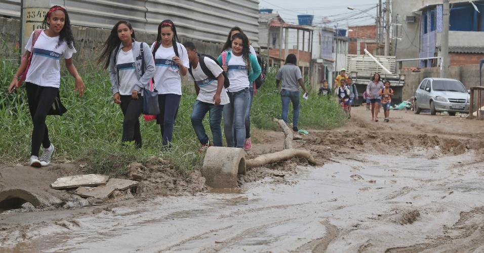 6.jul.2015 - Estudantes caminham em rua enalmeada de Guaratiba, na zona oeste do Rio de Janeiro, nas proximidades do terreno onde foi construído o Campus Fidei (Campo da Fé) da JMJ (Jornada Mundial da Juventude) de 2013