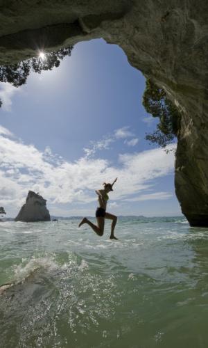 Para se jogar. Cathedral Cove, na ilha norte da Nova Zelândia, é um destino ideal de férias para quem procura praias remotas e florestas tropicais