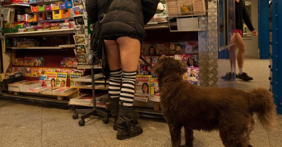 """10.jan.2016 - Mulher em banca de jornal em estação de Berlim, na Alemanha, participa do """"Sem calças no metrô"""""""