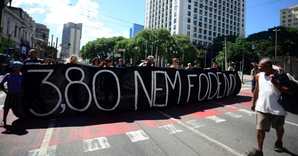 25.jan.2016 - Manifestantes protestam contra o aumento na tarifa de ônibus em São Paulo na praça da Sé, no feriado desta segunda. Ato também teve protesto contra Dilma Rousseff e o ex-presidente Lula
