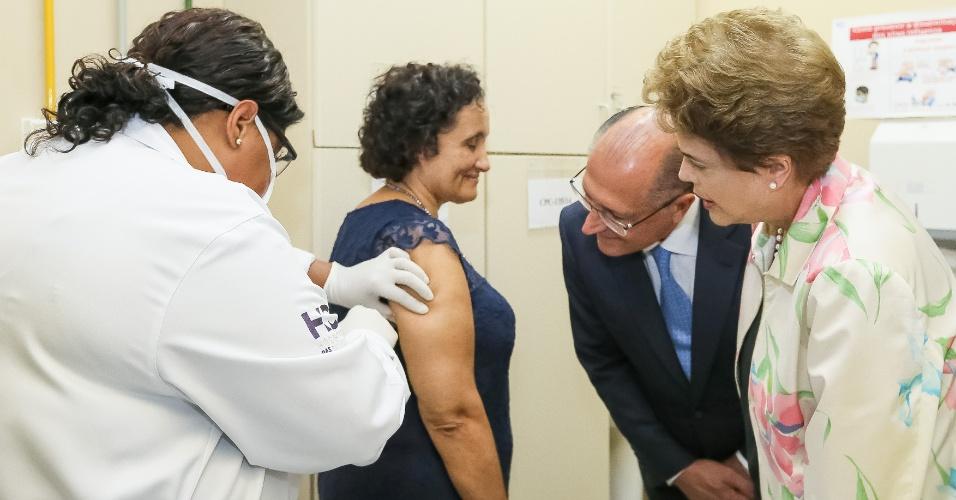 22.fev.2016 - A presidente Dilma Rousseff (PT) e o governador de São Paulo, Geraldo Alckmin (PSDB), conferem o início da terceira fase de testes da vacina contra a dengue em voluntários no Hospital das Clínicas, em São Paulo (SP). Na presença de várias autoridades, o Ministério da Saúde assinou parceria com o Instituto Butantan para o desenvolvimento da vacina