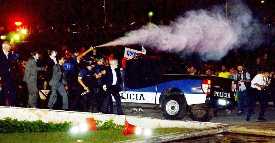 16.mar.2016 - Polícia lança gás de pimenta em manifestantes após confusão na frente do Congresso. Protesto ficou tenso em Brasília