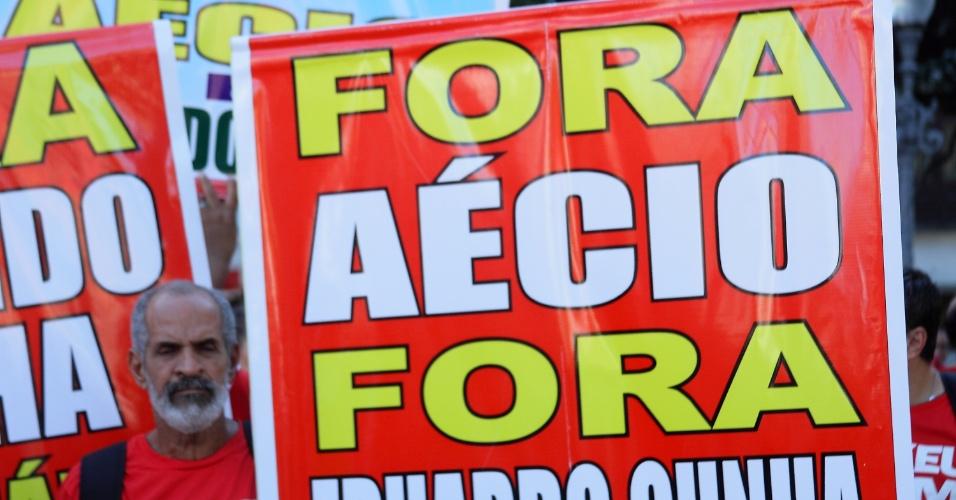 18.mar.2016 - O senador Aécio Neves (PSDB-MG), que perdeu para Dilma Rousseff (PT) nas urnas na eleição de 2014, é lembrado em protesto no Rio de Janeiro. Deputado federal Eduardo Cunha (PMDB-RJ) também é citado
