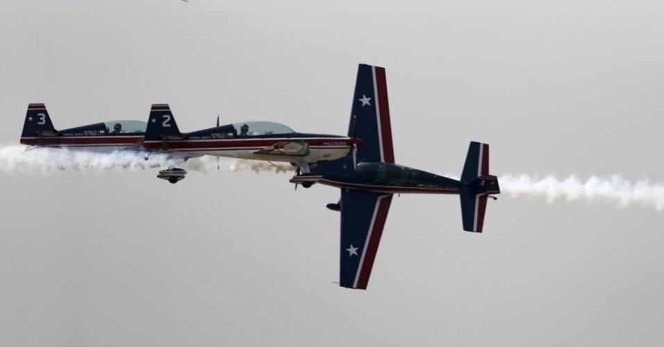 28.mar.2016 - Equipe de acrobatas da Força Aérea chilena faz show no aeroporto internacional de Santiago