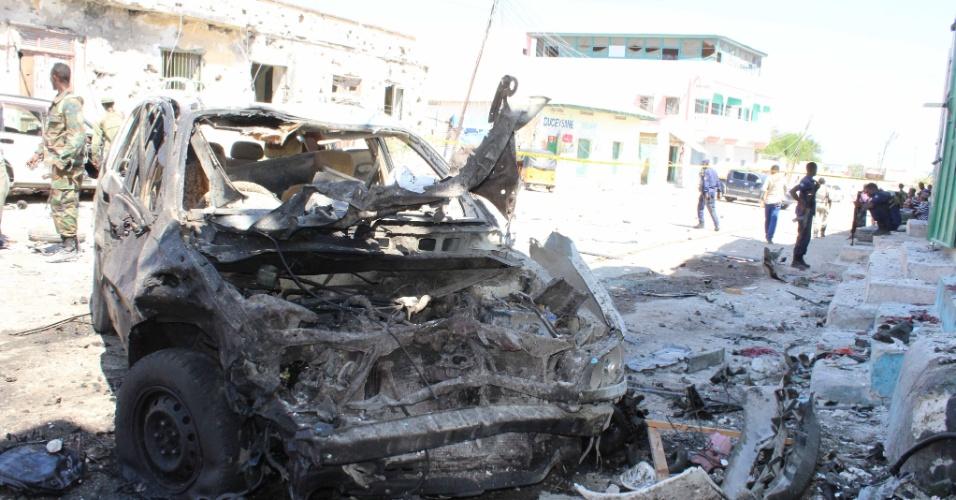 9.abr.2016 - Destroços de um carro-bomba são observados na cidade de Mogadíscio, capital da Somália, horas depois de um suposto atentado terrorista que matou pelo menos três pessoas e feriu gravemente outras cinco. A tragédia ocorreu perto de um movimentado restaurante no distrito de Shibis. As células extremistas que atuam no país ainda não se pronunciaram sobre o ataque