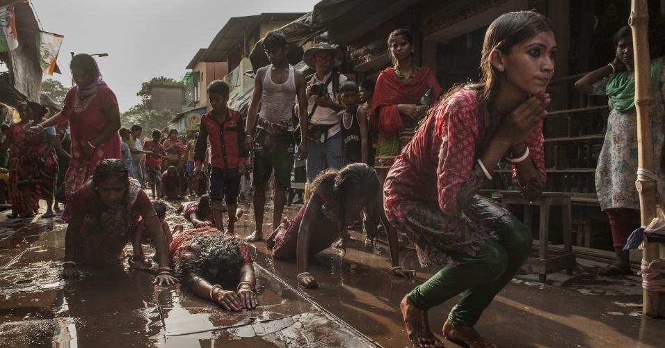 12.abr.2016 - Devotos participaram de ritual do festival hindu Shiva Gajan, em Calcutá, capital do Estado de Bengala Ocidental, na Índia. No evento, os participantes oferecem sacrifícios na esperança de ganhar favores do deus hindu Shiva e de garantir a realização de desejos. O festival também marca o fim do ano no calendário da etnia bengali