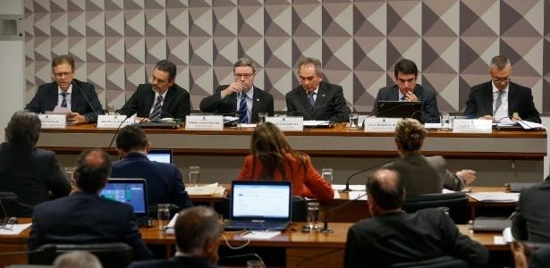 Comissão especial analisa o processo de impeachment no Senado. Os trabalhos são presididos por Raimundo Lira, do PMDB
