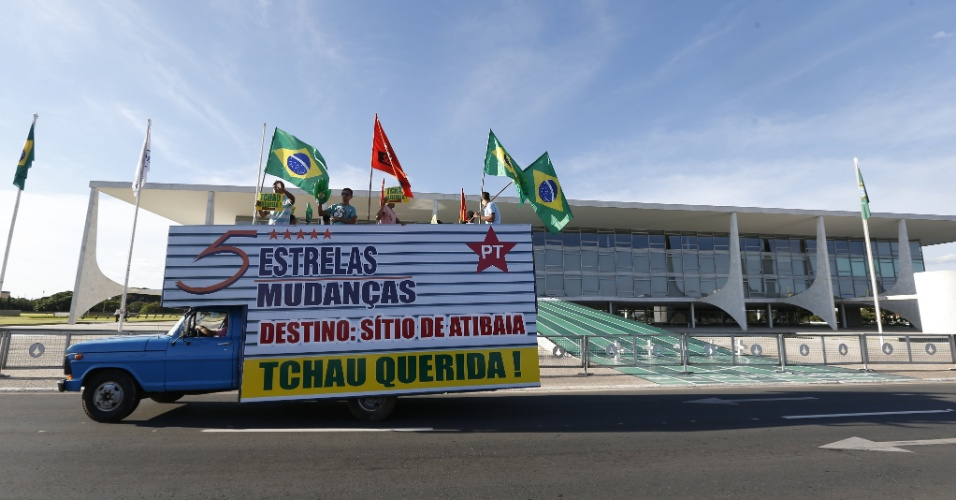 4.mai.2016 - Um caminhão de mudanças da Força Sindical circula dos arredores do Palácio do Planalto, em Brasília, dias antes da votação da admissão do processo de impeachment contra a presidente Dilma Rousseff