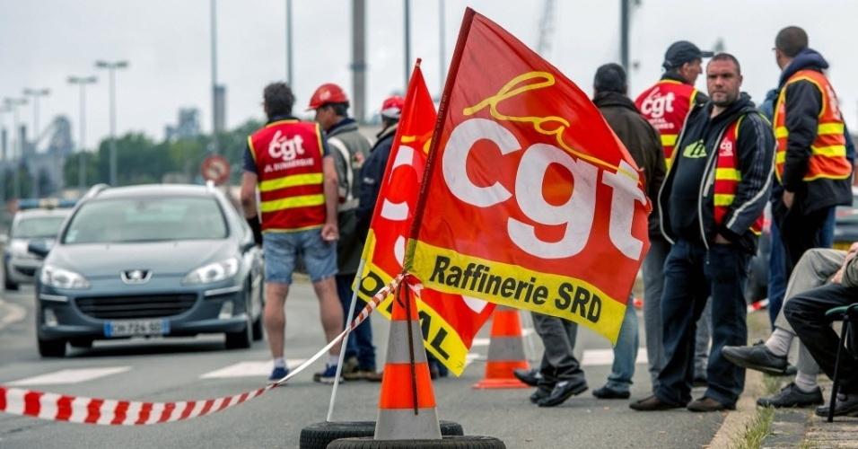 21.mai.2016 - Sindicalistas da Confederação Geral do Trabalho bloqueiam o acesso ao terminal de um depósito de petróleo, em Dunkkirk, França, neste sábado. O acesso a outros terminais da região também foi bloqueado em protesto contra a reforma da lei trabalhista francesa, proposta pelo presidente François Hollande