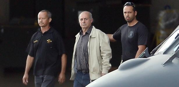 O ex-ministro Paulo Bernardo (centro) é conduzido por agentes da Polícia Federal nesta quinta-feira (23) ao avião que o levou a São Paulo - Dida Sampaio - 23.jun.2016/Estadão Conteúdo