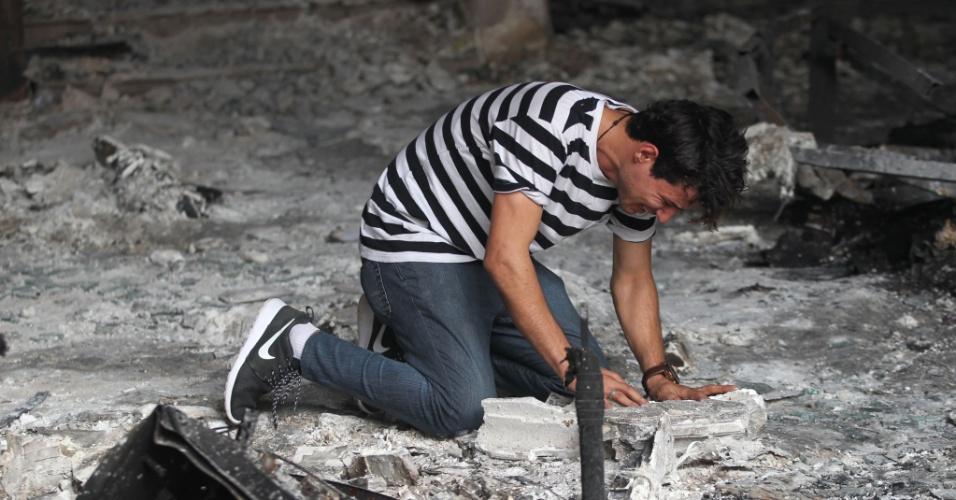 4.jul.2016 - Homem iraquiano chora após entrar em um prédio que foi destruído por um ataque suicida ocorrido no domingo (3) no bairro de Karrada, em Bagdá, Iraque. Mais de 200 pessoas foram mortas durante o atentado praticado por um jihadista, o mais mortal que se tem notícia no país