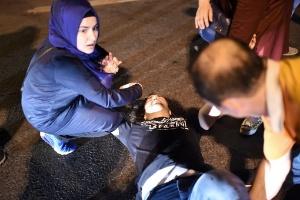 15.jul.2016 - Homem recebe ajuda após se machucar em correria durante tiroteio na ponte do Bósforo