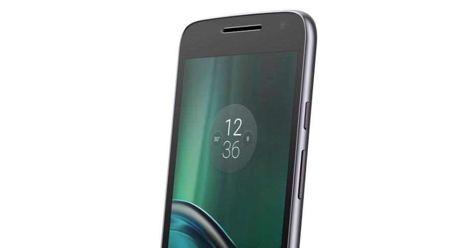 """4.ago.2016 - O celular Moto G Play, o terceiro modelo da quarta geração da família Moto G da Motorola, foi lançado nesta quinta-feira (4). Suas especificações são inferiores às dos """"irmãos"""" Moto G4 e G4 Plus, lançados em maio: processador Snapdragon 410 quad-core com 2 GB de memória RAM, bateria de 2.800 mAh e câmeras de 8 MP (traseira) e 5 MP (frontal). A tela tem mesmo tamanho dos outros Moto G: cinco polegadas, mas com resolução apenas HD (1280 x 720), enquanto os outros da família têm tela Full HD. Por outro lado, o preço sugerido do G Play, como era de se esperar, é menor que do G4 e G4 Plus: R$ 899"""
