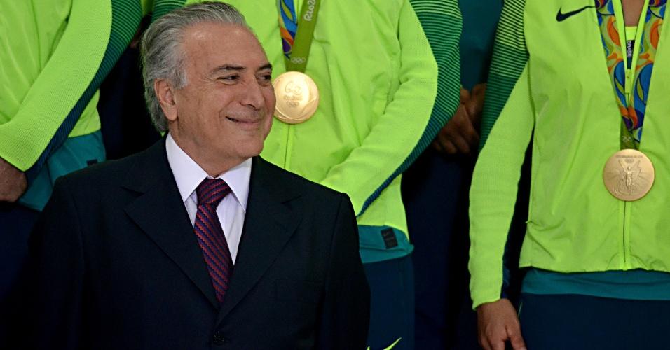 29.ago.2016 - O presidente interino, Michel Temer, sorri ao participar de cerimônia com os medalhistas e atletas olímpicos que disputaram os Jogos Olímpicos do Rio em evento no Palácio do Planalto, em Brasília